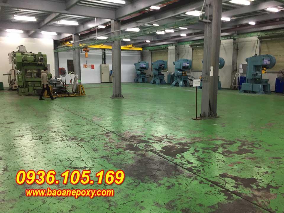 Hình ảnh 1.1: Nền nhà xưởng chứa nhiều tạp chất dầu mỡ
