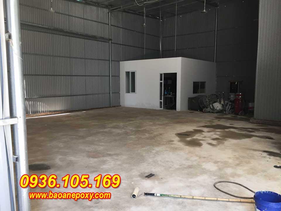Hình ảnh 1: Mặt nền xưởng bị ẩm thấp và bám bụi