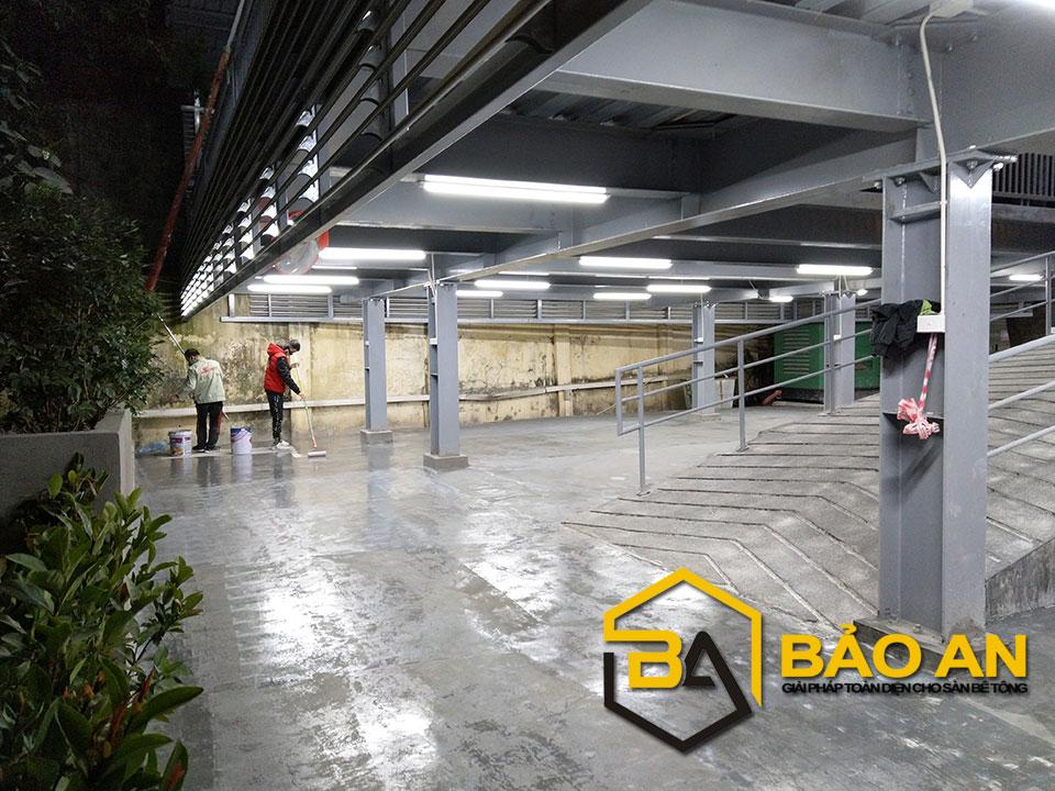 Hình ảnh 04: Thi công lớp lót epoxy nhằm tăng tính liên kết mặt sàn