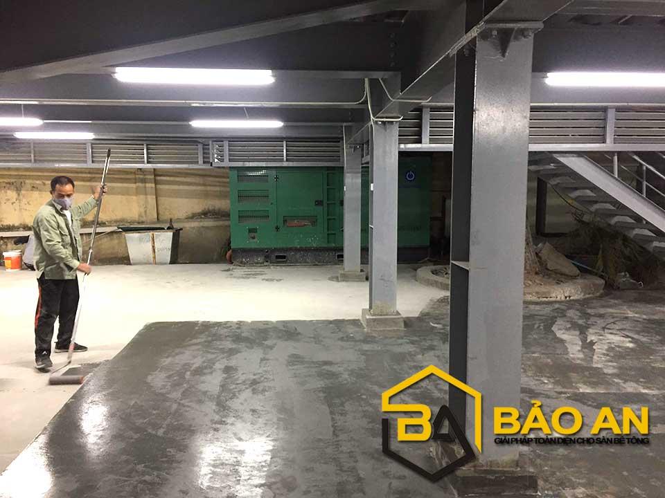 Hình ảnh 03: Thi công lớp lót epoxy nhằm tăng tính liên kết mặt sàn
