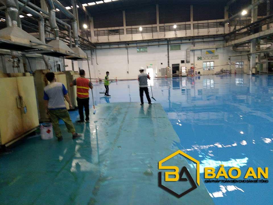 Hình ảnh 5: Thi công lớp sơn tự san phẳng cho mặt nền nhà xưởng